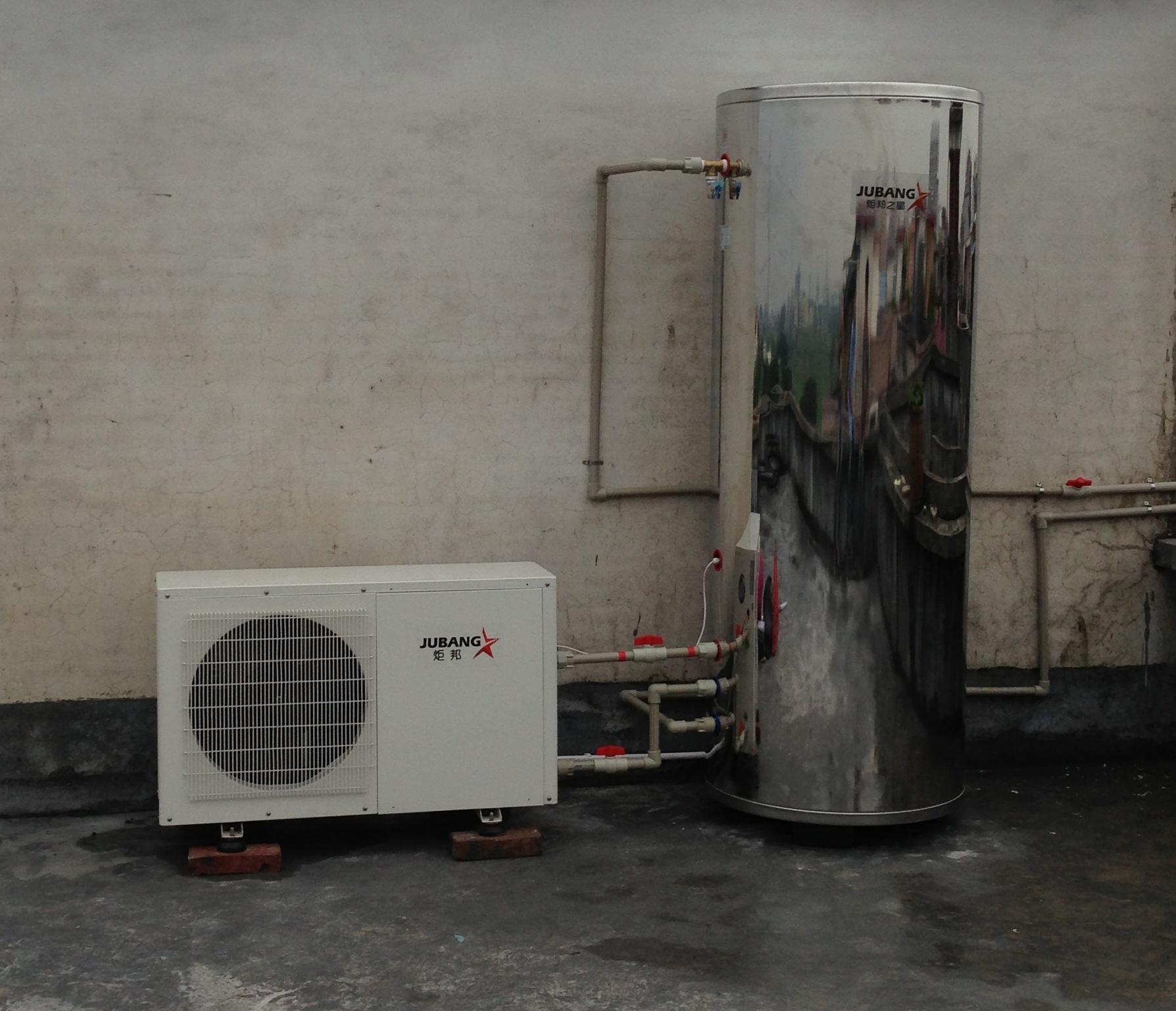 主机里面多了个换热器跟循环水泵,空气能热水器机组的加热过程在主机内部完成,水箱就只起到储水保温作用,从而避免了氟循环内置盘管的铜管长年泡在高温水里产生氧化并形成水垢和铜锈甚至出现泄漏的可能。因为一旦铜管发生泄漏,冷媒将渗透到水里,对人的身体极为不利。水循环不会有铜锈、腐蚀,保证了我们用的热水是干净、安全不漏电,当然制热速度比氟循环稍快。  版权所有